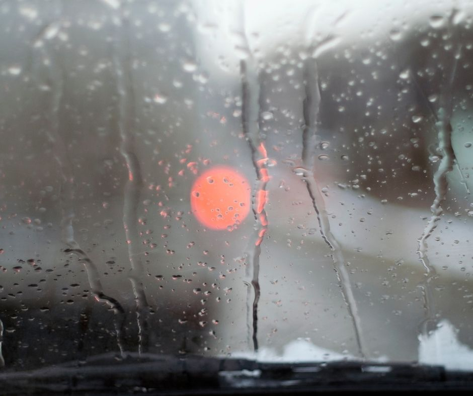 How to demist your screen quickly image of misted screen with vehicle light in front.
